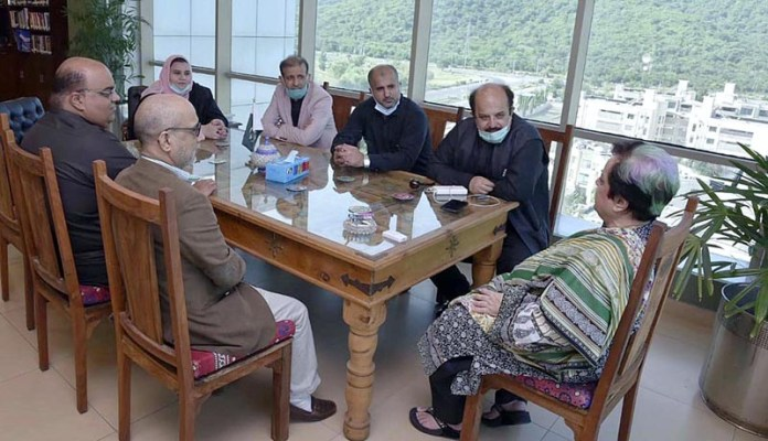 ISLAMABAD: September 23 - A delegation of Pakistan Tehreek-e-Insaf from Sindh Assembly under the leadership of the Leader of Opposition Syed Firdous Shamim Naqvi called on Federal Minister for Human Rights Dr. Shireen Mazari in her office. APP