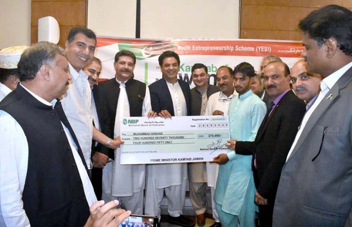 GUJRAT: September 26 - Special Assistant to the Prime Minister on Youth Affairs Muhammad Usman Dar distributing the cheques among successful applicants under PM Kamyab Jawan Program. APP