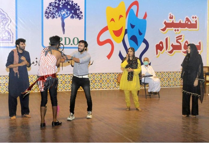 MULTAN: September 03 - Students performing in tableau during Peace Theater performance in connection with Independence Summer Peace Festival celebration organized by District Government at Arts Council. APP photo by Qasim Ghauri