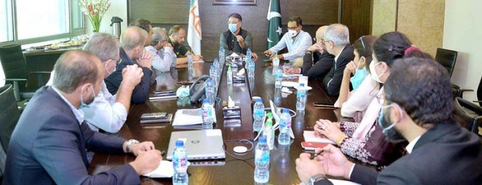KARACHI: September 05 - Federal Minister for Planning, Development and Special Initiatives, Asad Umar chairing a meeting with officials of K-electric at K-electric head office. APP