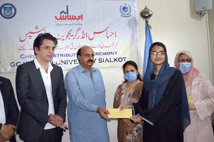 SIALKOT: September 11- Punjab Minister for Special Education Ch. Muhammad Akhlaq distributing Prime Ehsas Scholarship Programme among the students at GC Women's University. APP photo by Munir Butt