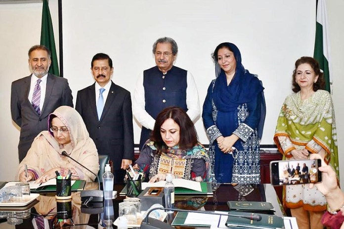 ISLAMABAD: September 02 – Federal Minister for Education and Professional Training, Shafqat Mahmood, Chairman FBR Javed Ghani, Parliamentary Secretary Wajiha Akram Khan and Federal Secretary Farah Hamid Khan observing the signing ceremony of Letter of Understanding between FDE and FBR. APP