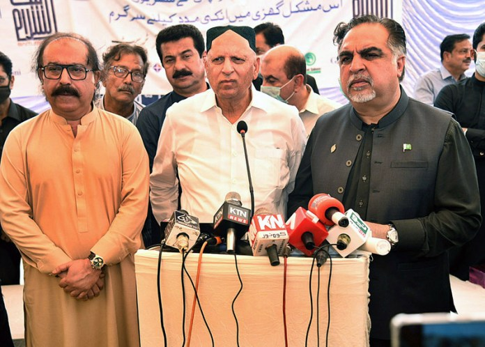 BADIN: September 02 – Punjab Governor Chaudhry Muhammad Sarwar along with Sindh Governor Imran Ismail addressing to rain affected people during their visit to rain affected areas. APP photo by Akram Ali