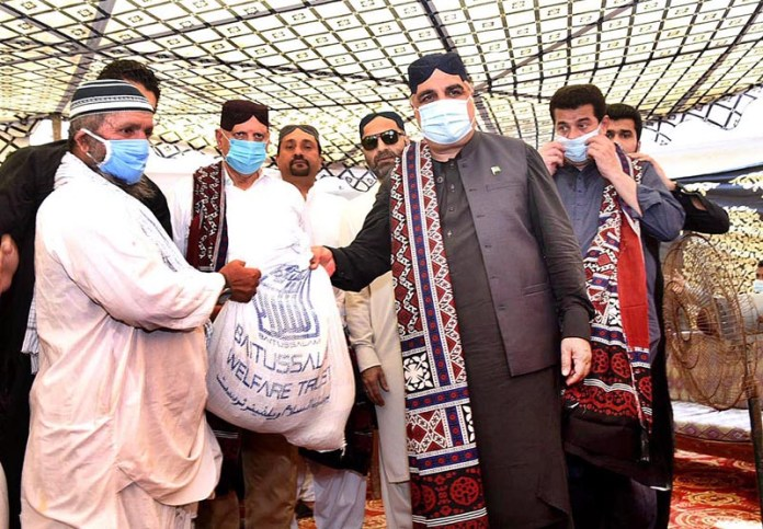 BADIN: September 02 – Punjab Governor Chaudhry Muhammad Sarwar along with Sindh Governor Imran Ismail distributing relief goods among the rain affected people during their visit to rain affected areas. APP photo by Akram Ali