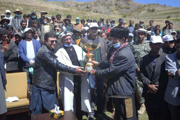 BROGHIL: September 14 – Commissioner Malakand Division Syed Zaheerul Islam awarding trophies among the players during prize distribution ceremony during Broghil Festival. APP