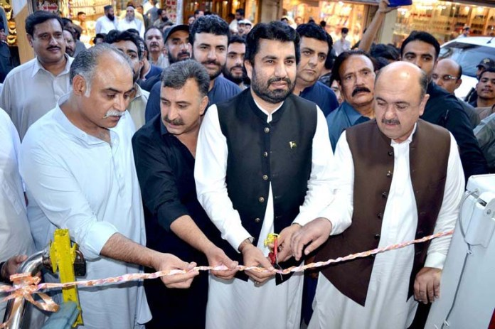 QUETTA: September 03 - Deputy Speaker National Assembly Qasim Khan Suri inaugurating a hotel at Liaqat Bazaar. APP photo by Mohsin Naseer