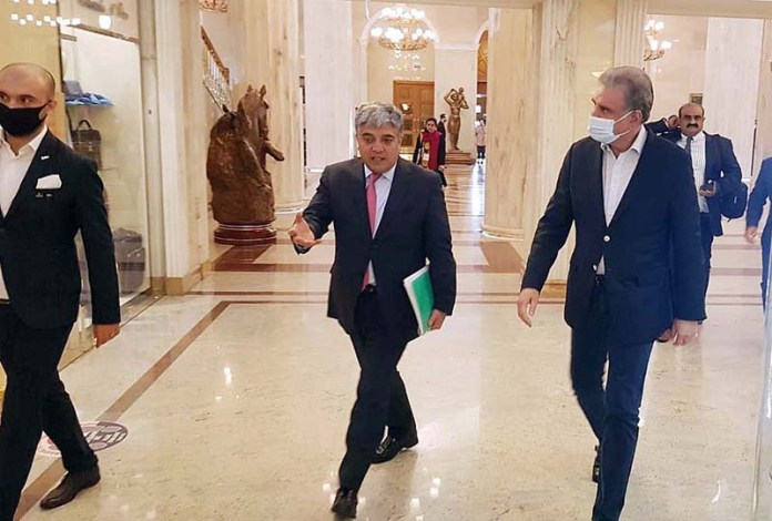 MOSCOW: September 09 - Foreign Minister Makhdoom Shah Mahmood Qureshi reaching in a local hotel for a bilateral meeting with his Tajik counterpart. APP