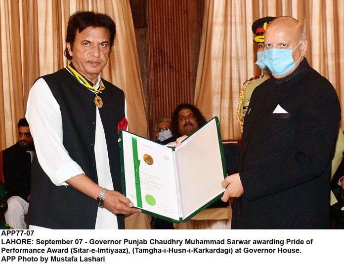 LAHORE: September 07 - Governor Punjab Chaudhry Muhammad Sarwar awarding Pride of Performance Award (Sitar-e-Imtiyaaz), (Tamgha-i-Husn-i-Karkardagi) at Governor House. APP Photo by Mustafa Lashari