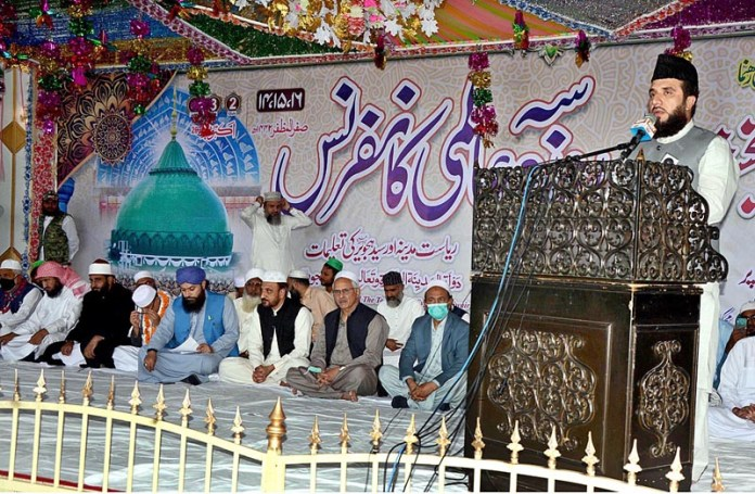 LAHORE: October 02 – Allama Waqar-ul-Hassan from America addressing during three-day international conference on 977th urs ceremony of Data Ganja Bakhsh. APP photo by Ashraf Ch