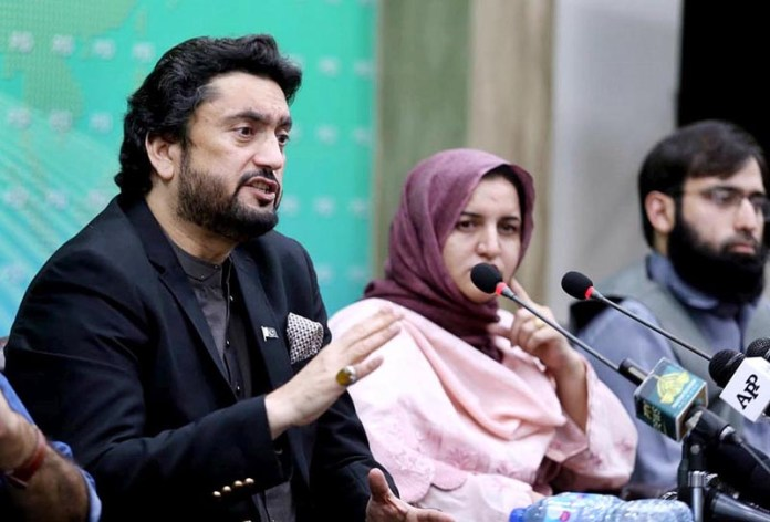 ISLAMABAD: October 19 – Chairman of the Parliamentary Committee on Kashmir, Shehryar Khan Afridi addressing a press conference. APP