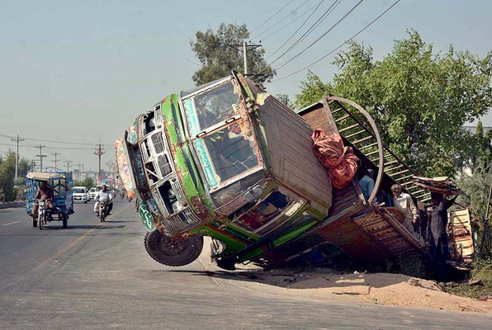 FAISALABAD: October 07 – A view of a delivery truck fallen aside at Lahore Road. APP photo by Tasawar Abbas