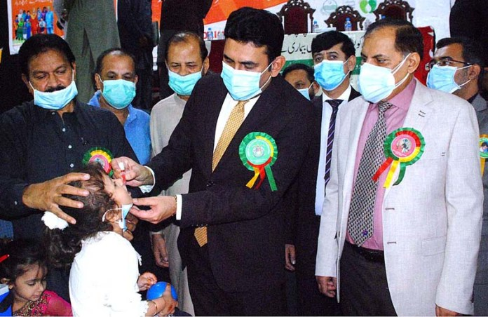 BAHAWALPUR: October 24 - Deputy Commissioner Muzaffar Khan Sial administering polio drops to children to inaugurate anti-polio campaign to mark the World Polio Day. APP photo by Hassan Bukhari