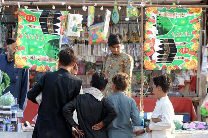 ISLAMABAD: October 19 – Children purchasing decorative stuff in connection with celebration of Eid Mellad-un-Nabi. APP photo by Irshad Sheikh