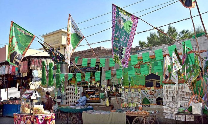 LARKANA: October 20 – Vendors displaying decorative and other stuff to attract the customers in connection with Eid-e-Milad-un-Nabi (SAWW) celebrations. APP photo by Nadeem Akhtar