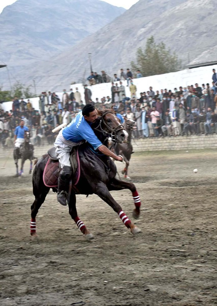 GILGIT: October 23 - Players struggling to get hold on the ball in a match played between NLI and GBPWD polo teams during Jashan-e-Azadi Polo Tournament played at Shahi Polo Ground. APP Photo by Ashraf Hussain