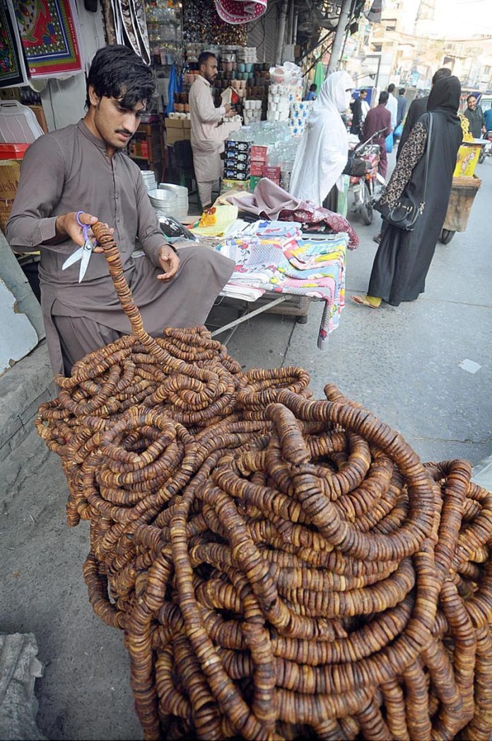 RAWALPINDI: October 09 – A vendor displays dry fruit fig to attract the customers at his roadside setup. APP photo by Irfan Mahmood