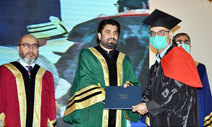 QUETTA: October 22 - Deputy Speaker National Assembly Qasim Suri confers degrees on graduates of Virtual University during varsity's 11th Convocation at a local hotel. APP photo by Mohsin Naseer