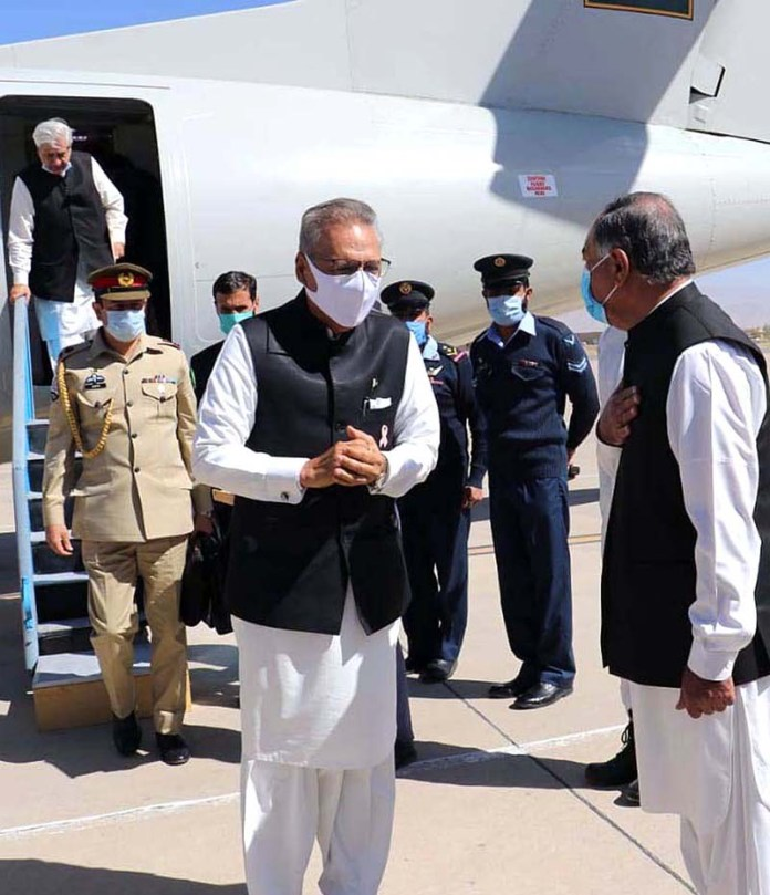 QUETTA: October 23 - President Dr. Arif Alvi being received by Governor Balochistan Amanullah Khan Yasinzai at airport. APP photo by Mohsin Naseer