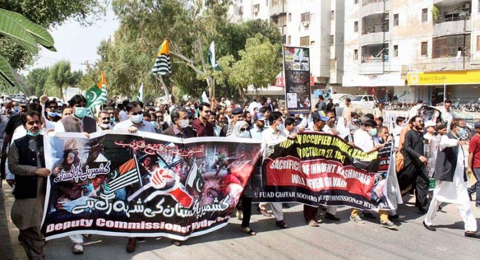 HYDERABAD: October 27 – Commissioner Abbas Baloch leading Kashmir Solidarity Rally in connection with Black Day to be observed on 27th October as protest against Indian illegal occupation of Kashmir on October 27, 1947 organized by District Government at Thandi Sarak. APP photo by Akram Ali