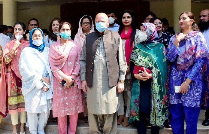 LAHORE: October 13 - A group photo of Punjab Governor Ch Muhammad Sarwar with staffers at Lahore College for Women University. APP