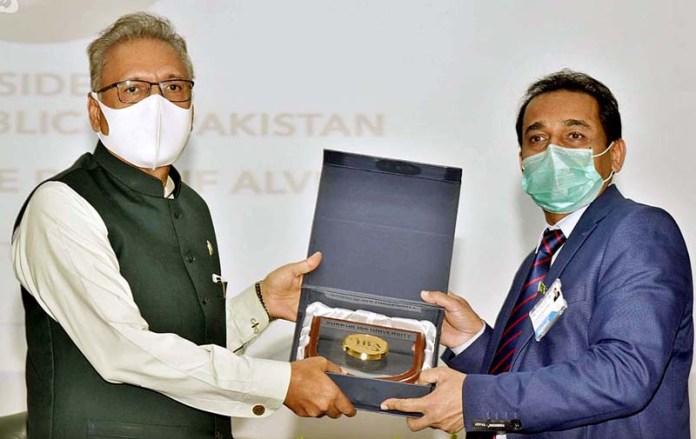 SUKKUR: October 26 – VC Sukkur IBA University Mir Muhammad Shah presenting shield to President Dr. Arif Alvi during his visit at Sukkur IBA University. APP photo by Nadeem Akhtar