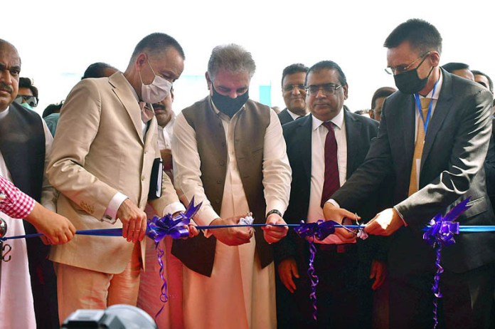 MULTAN: October 28 - Foreign Minister Makhdoom Shah Mahmood Qureshi cutting ribbon to inaugurate Metro Cash and Carry at Bosan Road. APP photo by Safdar Abbas