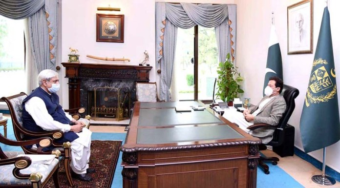 ISLAMABAD: October 29 - Minister for National Food Security & Research, Syed Fakhar Imam calls on Prime Minister Imran Khan. APP