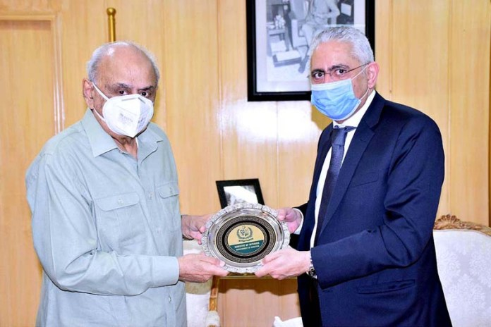 ISLAMABAD: October 29 - Federal Minister for Interior, Brig (R) Ijaz Ahmad Shah presenting souvenir to the Ambassador of Egypt, H.E.Tarek Muhammad Dohroug at the Ministry of Interior. APP