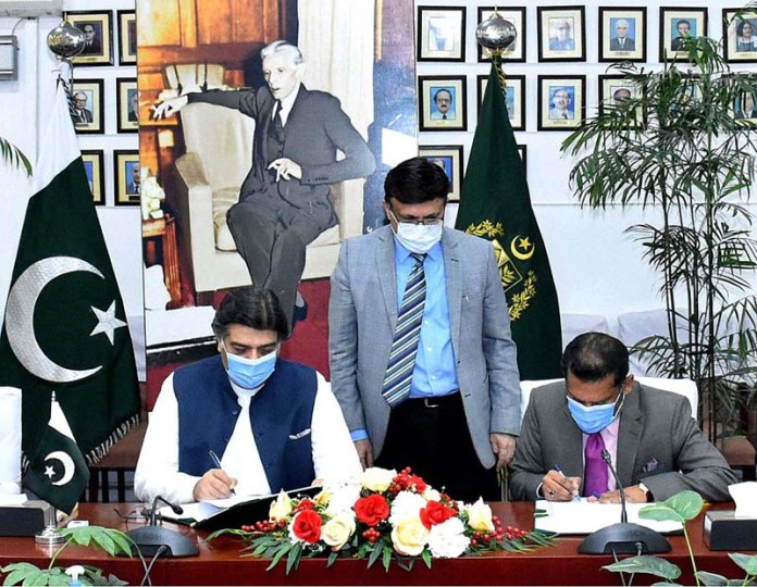 ISLAMABAD: October 28 - Performance agreement signing ceremony between Cabinet Division and Regulatory Authorities. APP