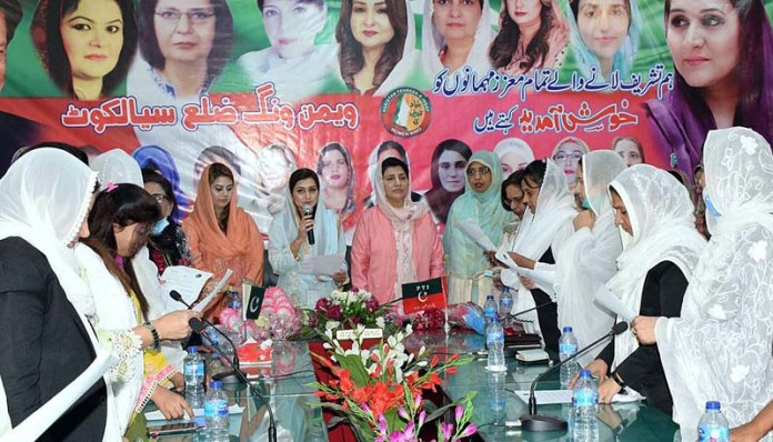SIALKOT: October 21 - Member Board of Directors Punjab Education Foundation / MPA Sania Kamran administering oath to office bearers of PTI Women's Wing, Sialkot District. APP Photo by Muhammad Munir Butt