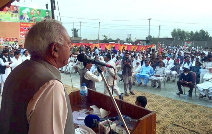 TAXILA: October 23 - Federal Minister for Aviation Ghulam Sarwar Khan addressing after the inauguration of sui gas project at Sagran Village. APP