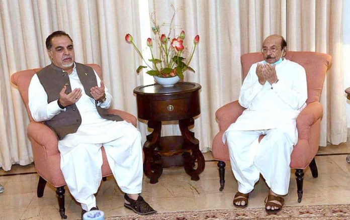 KARACHI: October 05 – Sindh Governor Imran Ismail offering Fateha during a condolence visit to former Chief Minister Sindh, Syed Qayim Ali Shah on the sad demise of his son. APP