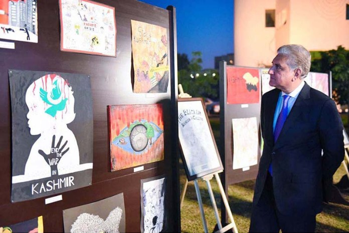 ISLAMABAD: October 27 - Foreign Minister Makhdoom Shah Mahmood Qureshi viewing artwork exhibition by school children depicting the plight of Kashmiri Youth arranged on the sidelines of Kashmir Black Day event at Ministry of Foreign Affairs. APP