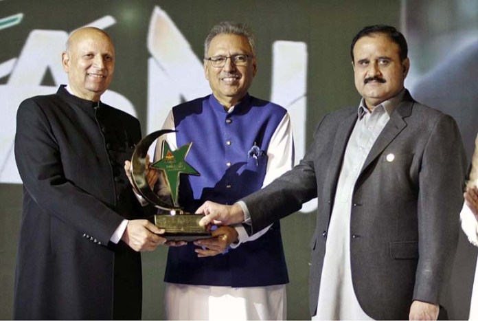 LAHORE: October 27 - President Dr. Arif Alvi giving away award to Governor Punjab Chaudhary Muhammad Sarwar on his services regarding COVID-19 at Governor House. APP photo by Rana Imran