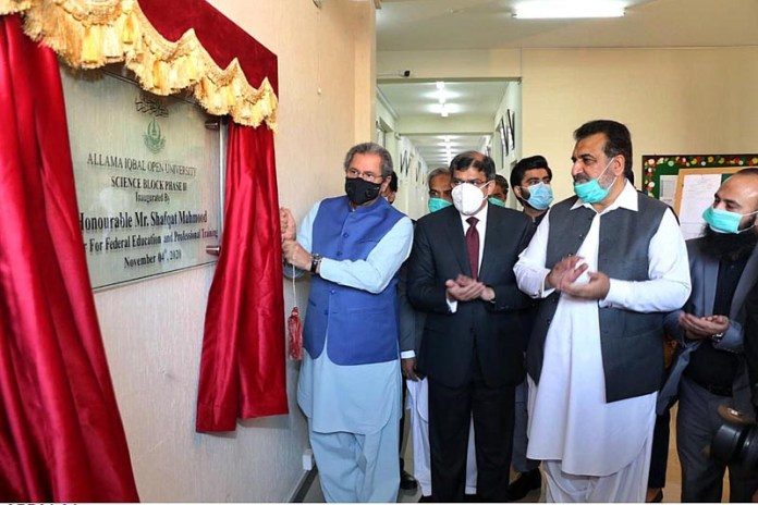 ISLAMABAD: November 04 - Federal Minister for Education and Professional Training, Shafqat Mahmood unveiling the plaque to inaugurate Science Block at Allama Iqbal Open University. APP