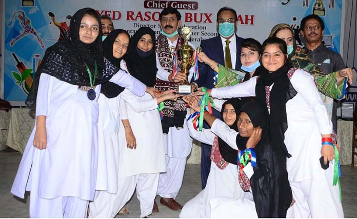 HYDERABAD: November 14 – Director School Education Elementary Secondary & Higher Secondary Syed Rasool Bux Shah giving away trophy to position holder students of cricket team during prize distribution ceremony of Inter Schools Tournament Boys & Girls 2019-2020 at Sindh Museum. APP photo by Akram Ali