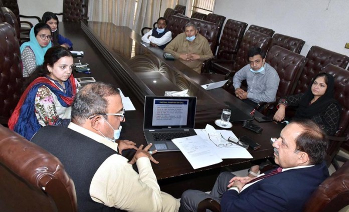 LAHORE: November 02 - Secretary Information and Broadcasting Akbar Hussain Durrani in a meeting with officers during his visit to Press Information Department. APP