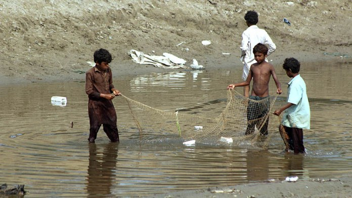 MULTAN: November 07 - Children catching fishes at Sikandry Canal. APP photo by Tanveer Bukhari
