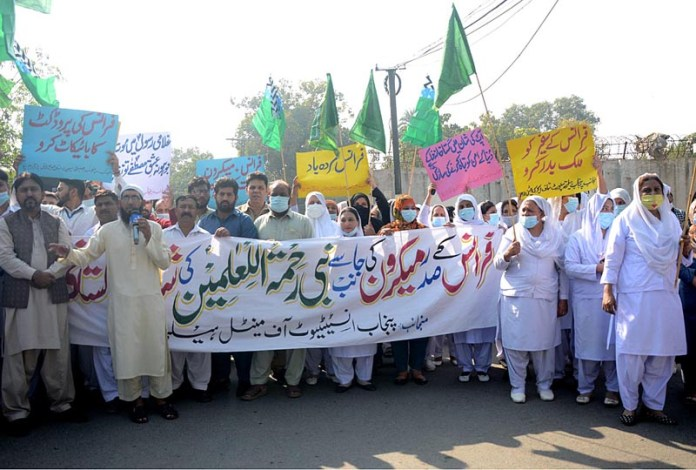 LAHORE: November 04 – Doctors and Paramedical staff holding protest against French President at Jail Road. APP photo by Ashraf Ch