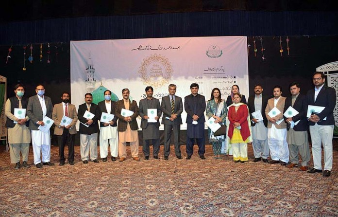 A group photo of position holders of Shan Rehmatulil Alamin (SAWW) week with Division Commissioner Saqib Manan at Arts Council