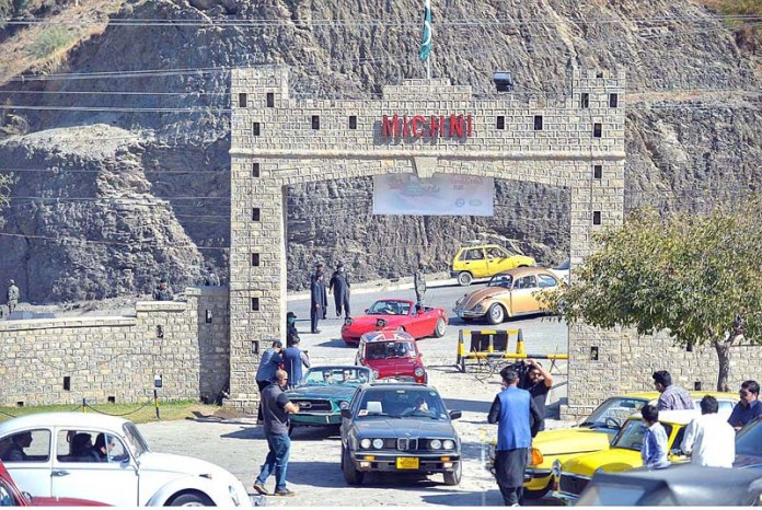 PESHAWAR: November 07 – 11th Vintage Car Rally starts from Michni Check Post to Peshawar organized by Culture and Tourism Authority. APP Photo by Shaheryar Anjum