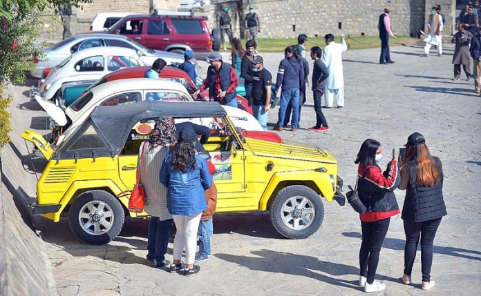 PESHAWAR: Nov 7 – View of visitor at Michni Check Post point during 11th Vintage Car Rally organised by Culture and Tourism Authority. APP photo by Shaheryar Anjum