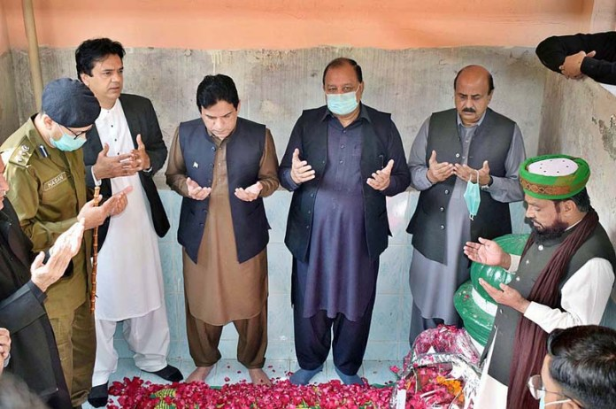 SIALKOT: November 09 – SPAM for Youth Affairs Muhammad Usman Dar along with Minister for Special Education Punjab Chaudhry Muhammad Akhlaq offering dua after laying floral wreath on the graves of the parents of Allama Iqbal on the occasion of Allama Iqbal's birth anniversary. APP photo by Muhammad Munir Butt