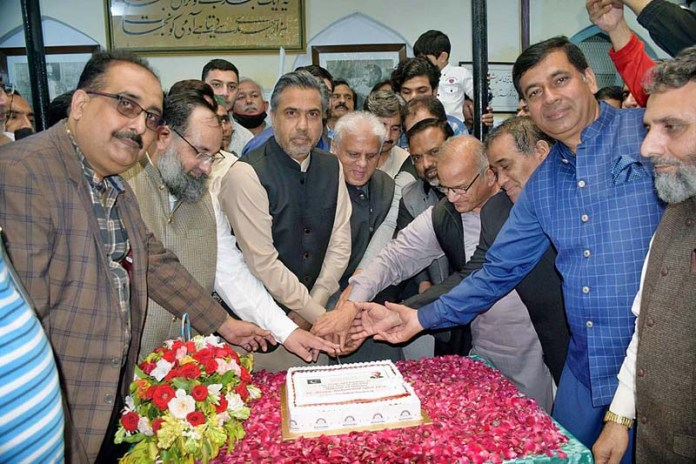 SIALKOT: November 09 – President Chamber of Commerce Qaiser Baryar cutting cake to celebrate birth anniversary of Dr. Allama Muhammad Iqbal at Iqbal Manzal. APP photo by Muhammad Munir Butt
