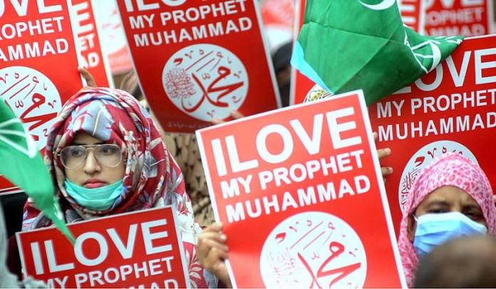 RAWALPINDI: November 14 – Jamaat-e-Islami Women Wing holding a protest against French President Emmanuel Macron and republishing of caricatures of the Holy Prophet Muhammad (SAWW) in France at Press Club. APP photo by Irfan Mehmood