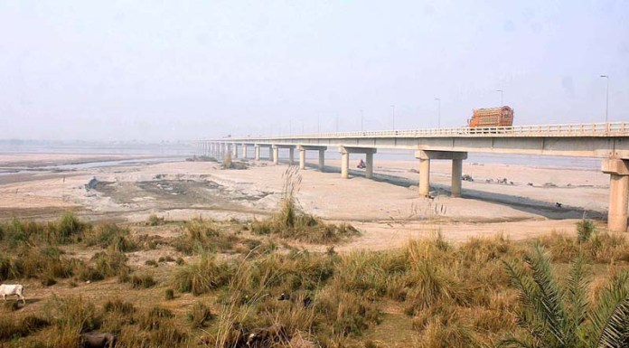 MULTAN: November 09 - A view of dry bed of River Chenab near head Muhammad Wala. APP photo by Tanveer Bukhari