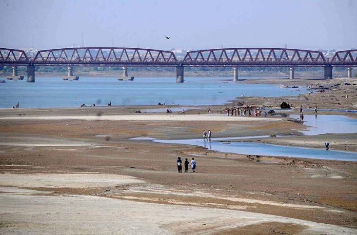 HYDERABAD: November 03 – A view of dry beds of Indus River at Husenabad area. APP photo by Akram Ali