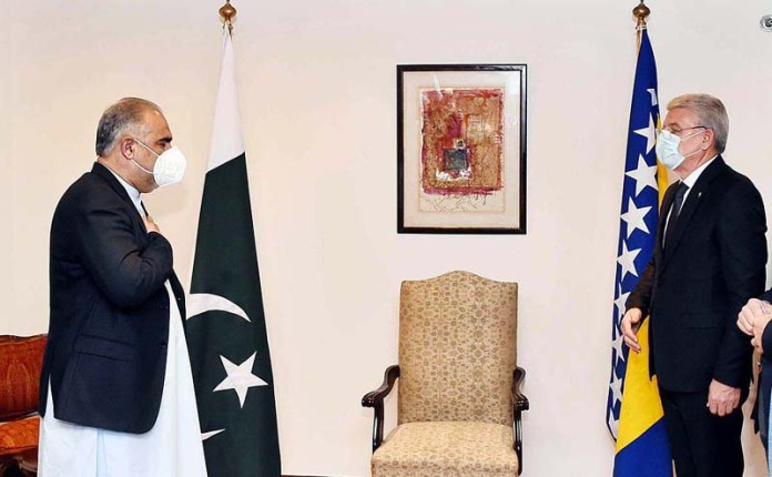 ISLAMABAD: November 05 – Speaker National Assembly Asad Qaisar receiving Chairman of the Presidency of Bosnia & Herzegovina Sefik Dzaferovi. APP