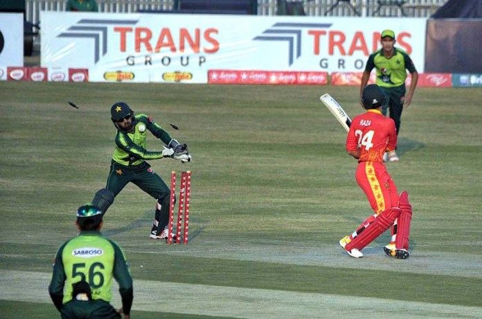RAWALPINDI: November 08 – A view of cricket match playing between Pakistan and Zimbabwe teams during 2nd T20 International (ODI) cricket match at Rawalpindi Cricket Stadium. APP photo by Abid Zia