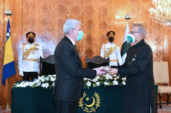 ISLAMABAD: November 05 – President Dr Arif Alvi conferring the award of Nishan-e-Pakistan on Chairman of the Presidency of Bosnia and Herzegovina, Sefik Dzaferovic, at Aiwan-e-Sadr. APP